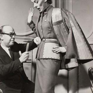 Interfoto (Venise), 1951 Le couturier Raphaël cloue des étoiles sur un tailleur de la collect ion printemps-été 1951 © Interfoto/Gal liera/Roger-Viollet.
