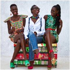 Adama Paris entourée de ses créations Artiste d'origine sénégalaise